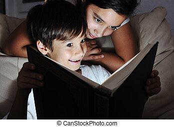 fiú lány, olvas csillogó, könyv, éjjel, gyerekek, fogalom