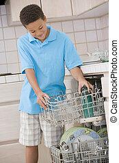 fiú, mosogatógép, berakodás, fiatal