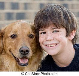 fiú, mosolygós, kutya
