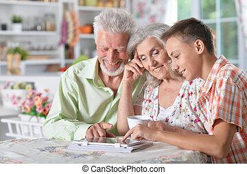 fiú, nagyszülők, tabletta, használ