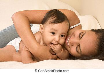 fiú, neki, ágy, fiú, anya, csecsemő, játék