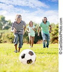 fiú, noha, szülők, játék, noha, focilabda