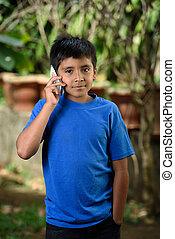 fiú, smartphone, beszél