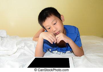 fiú, tablet., ágy, ázsiai, testvér, játék