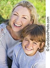 fiú, woman ül, gyermek, fiú, kívül, anya, napfény