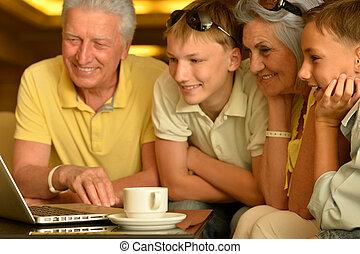 fiúunoka, nagyszülők, laptop