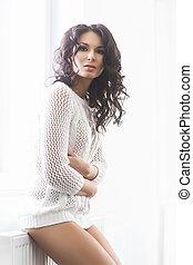 fiatal, és, gyönyörű, barna nő, nő, feltevő, közel, a,...