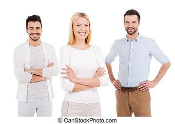 fiatal, és, tele, közül, új, ideas., három, magabiztos, young emberek, alatt, csípős kényelmes, hord, külső külső fényképezőgép, és, mosolygós, időz, álló, ellen, white háttér