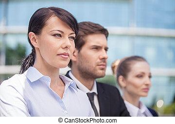 fiatal, ügy üzlettárs, álló, külső rész., tagok, közül, sikeres, ügy sportcsapat, alatt, close-up.