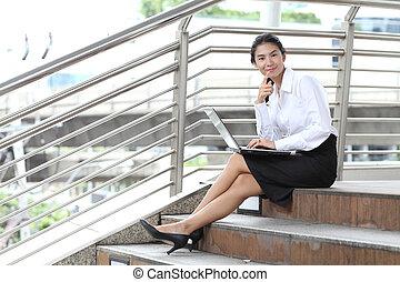 fiatal, üzletasszony, ülés, -ban, lépcsőház, és, neki, számítógép, noha, mosolygós