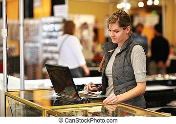 fiatal, üzletasszony, használt laptop, számítógép, -ban, kereskedelem, show.