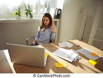 fiatal, üzletasszony, munka on, új ügy, terv