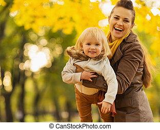 fiatal, anya játék, noha, csecsemő, szabadban