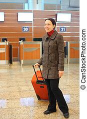 fiatal, bájos, nő, noha, piros, bőrönd, álló, -ban, repülőtér, tele hulla