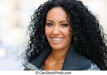 fiatal, black woman, mosolygós, noha, nadrágtartó