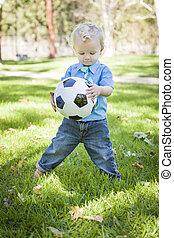 fiatal, csinos, fiú, játék, noha, focilabda, dísztér
