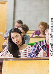 fiatal, diákok, írás híres, alatt, osztályterem