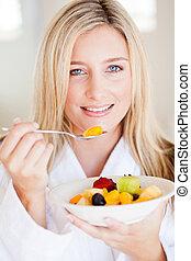 fiatal, egészséges woman, étkezési, gyümölcs saláta