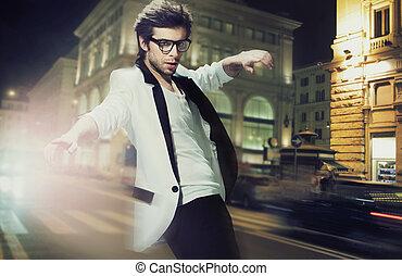 fiatal, elegáns, ember, az utcán, éjjel