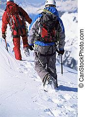 fiatal férfiak, hegy mászik, képben látható, havas, csúcs