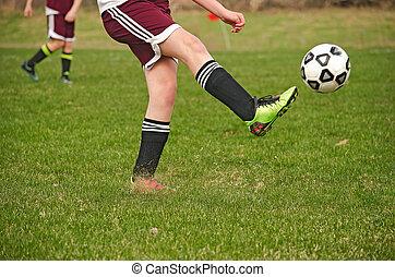 fiatal, futball játékos, rúgás, egy, labda