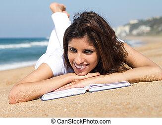 fiatal, indiai, woman olvas, képben látható, tengerpart