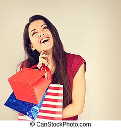 fiatal, izgatott, nevető, nő, noha, bevásárol táska, külső külső, és, gondolkodó