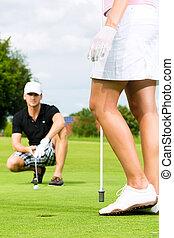 fiatal, játékos, párosít, játék golf, képben látható, egy, folyik