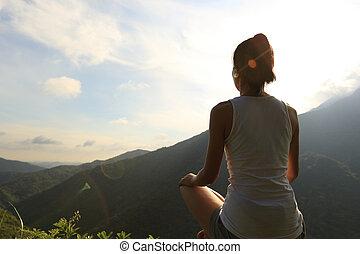 fiatal, jóga, nő, -ban, napkelte, hegy csúcs