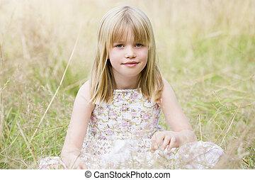 fiatal lány, ülés, szabadban, mosolygós