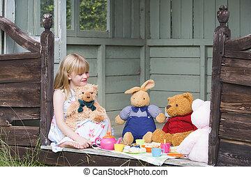 fiatal lány, alatt, elhullat, játék, tea, és, mosolygós