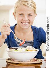 fiatal lány, bent, étkezési, tenger gyümölcsei, mosolygós