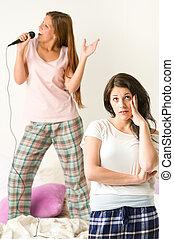 fiatal lány, bosszús, noha, neki, barát, éneklés