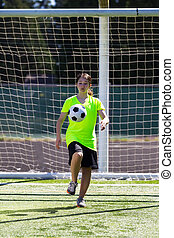 fiatal lány, játék futball, szabadban