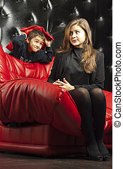 fiatal lány, képben látható, egy, piros, bőr dívány