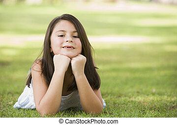 fiatal lány, szabadban, elterül fű, és, mosolygós, (selective, focus)
