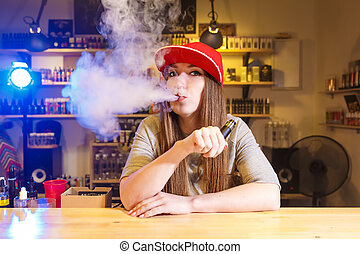 fiatal, meglehetősen, nő, alatt, piros kivezetés, dohányzik, egy, elektronikus, cigaretta, -ban, a, vape, bolt