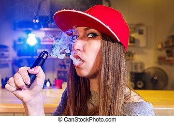 fiatal, meglehetősen, nő, alatt, piros kivezetés, dohányzik, egy, elektronikus, cigaretta, -ban, a, vape, shop., closeup.
