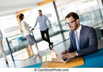 fiatal, munkavállaló, munka computer, közben, munka nap, alatt, hivatal