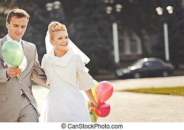 fiatal, newlywed, párosít, noha, balloons.