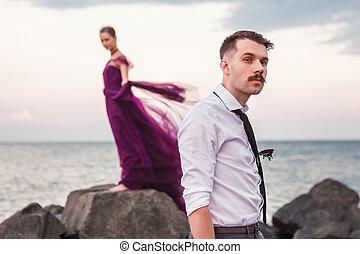 fiatal, romantikus összekapcsol, bágyasztó, a parton, karóra naplemente