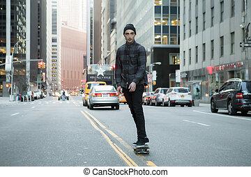 fiatal, skateboarder, cirkálás, donw, város, utca, előbb,...