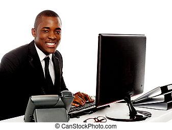 fiatal, számítógép, használ, mosolygós, egyesített, ember