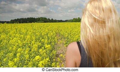 fiatal, szőke, nő, feltevő, alatt, gyönyörű, rapeseed, mező
