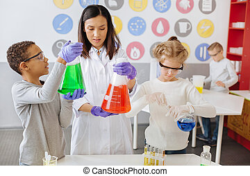 fiatal, tanár, átvizsgálás, eredmények, közül, neki, diákok, kémiai, kísérlet
