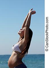 fiatal, terhes nő, gyalogló, tengerpart