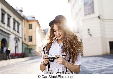 fiatal, természetjáró, noha, fényképezőgép, alatt, a, öreg, town.