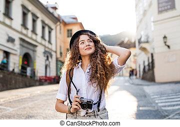 fiatal, természetjáró, noha, fényképezőgép, alatt, a, öreg város