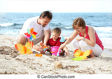 fiatal, vidám család, a parton