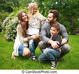 fiatal, vidám család, noha, két gyerek, alatt, nyár, zöld dísztér